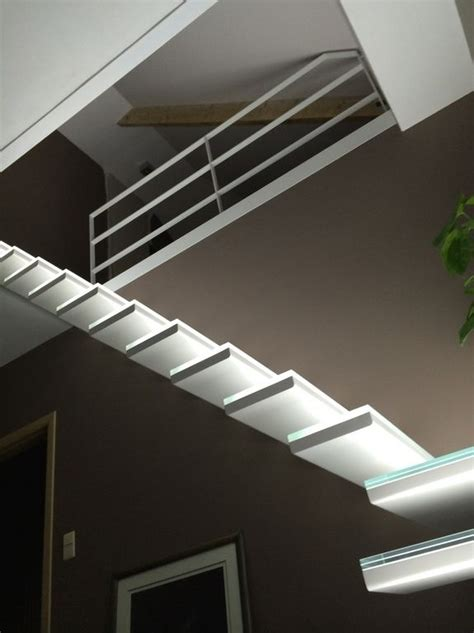Glass staircase with build-in LED-lights   Moderne trap